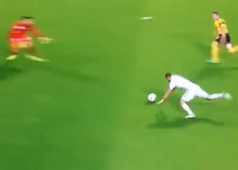 El Gif del tropezón ridículo de Benzema solo ante el portero