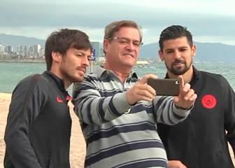 Bravo, Silva y Nolito, de selfie en selfie por la Barceloneta