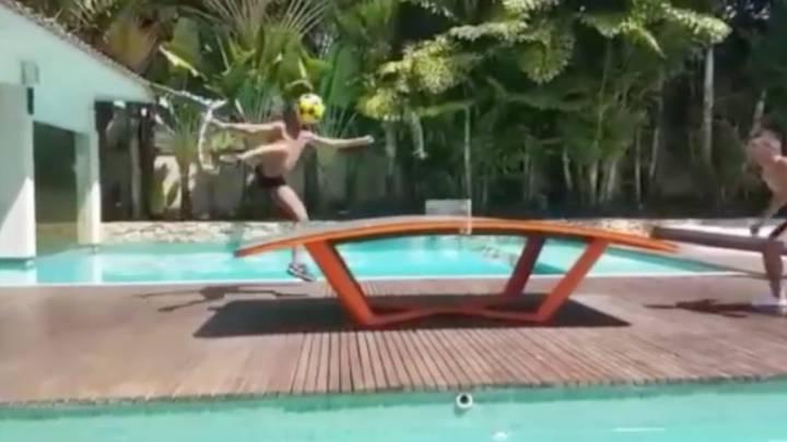 Ronaldinho hace magia hasta en el teqball: ¡Voleón y locura!