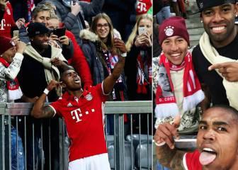 Douglas se marca un Totti: gol y 'selfie' con sus colegas