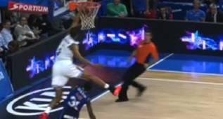 Otra brutalidad de Randolph: ¡Salta por encima de un rival!