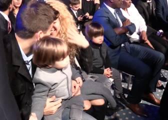 Piqué, en plan padrazo, y su acaramelado beso con Shakira