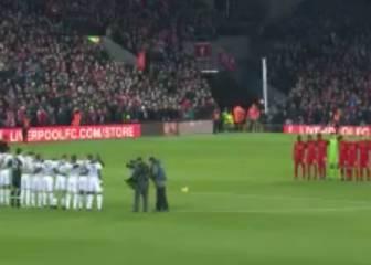 Sobrecogedor minuto de silencio en Anfield por la tragedia