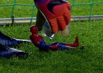 El divertido amuleto de Razak: un Spiderman de juguete