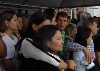 Familiares aguardan la llegada de los cuerpos al aeropuerto