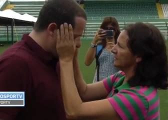 La madre de un fallecido seca las lágrimas a un periodista