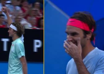 ¡Qué deportista es Federer! ¡ayuda a su rival en pleno choque!