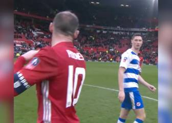 El gesto que incendió Twitter: rechazan la camiseta de Rooney