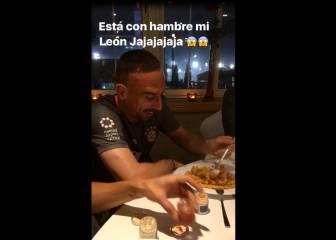 La broma de Vidal a Ribery en cena del Bayern Munich
