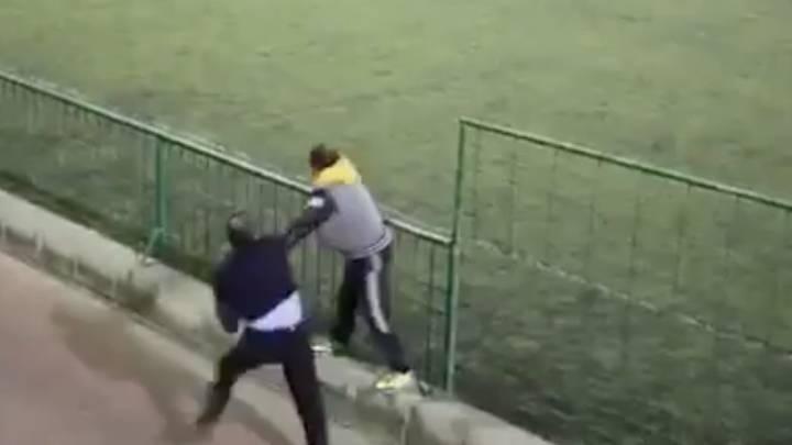 Brutal pelea entre dos padres en un partido de juveniles