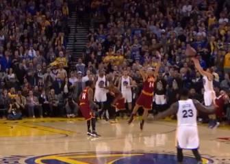 Curry lo hace todo: rebotea, la pierde y... ¡La enchufa! ¡Choooof!
