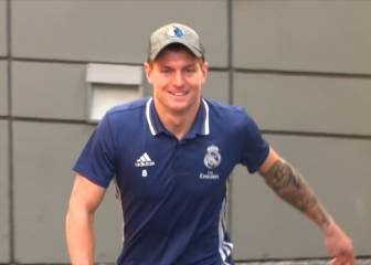 Brave Kroos! It's 1 degree but he'll still undress for fans
