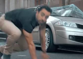 Xavi se transforma: salta de una azotea, rompe coches...