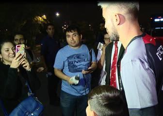 Morales se sacó sus primeras fotos con hinchas albos