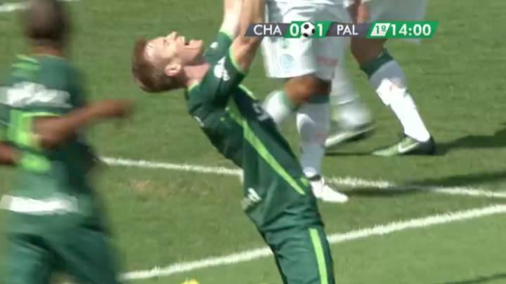 Primer gol de la \'Chape\' tras la tragedia aérea: brazos al cielo