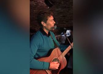 Julio Llorente cantando 'Yesterday' en la cuna de los Beatles: top
