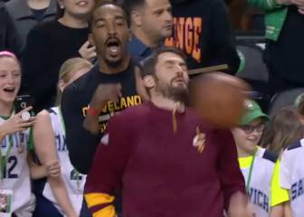 ¡Eso duele!: pelotazo a Kevin Love; JR. Smith quiso reanimarle