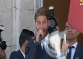 Ramos holds Liga trophy aloft: