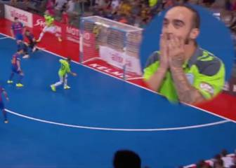 Ricardinho misses open goal... honestly, no word of a lie
