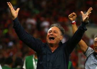 Independiente coach Ariel Holan resigns following threats from barra brava