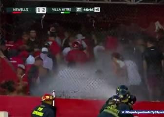 Rioting Newell's hooligans attack police with toilet cisterns