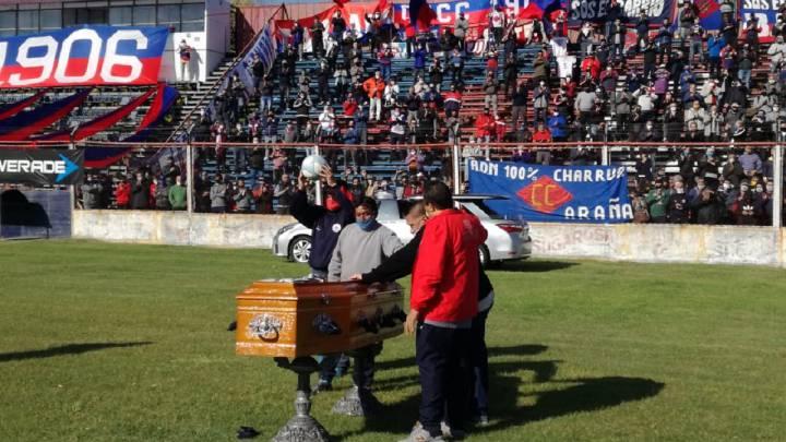 Fans of Central Córdova skip quarantine to fire 'Trinche' Carlovich