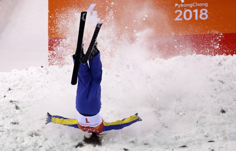 La esquidora china Xu Mengtao durante la final de saltos freestyle no pudo controlar el aterrizaje.