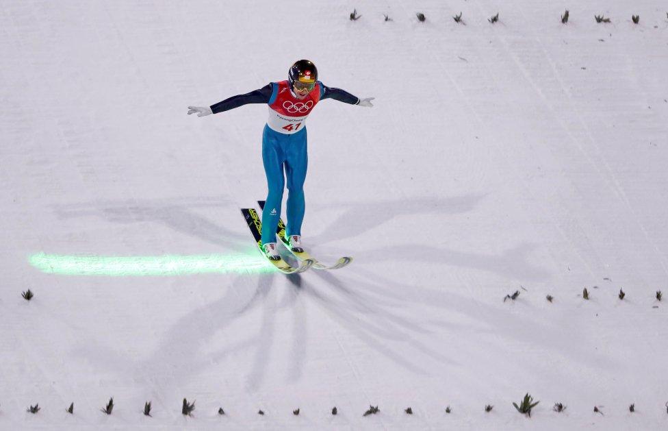 El esquiador suizo Simon Ammann, tras finalizar su prueba en los Juegos Olímpicos, parece querer deshacer la pista.