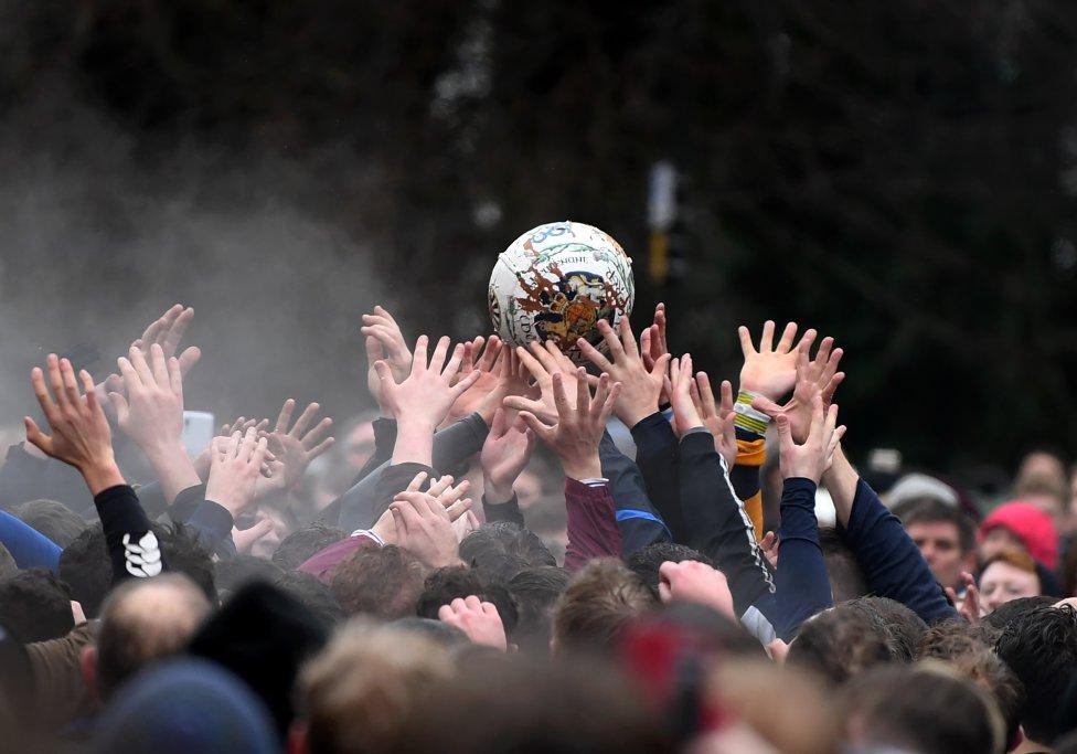 El pasado 13 de febrero se celebró el tradicional partido de Ashbourne. Este es el momento en el que se suelta el balón y centenares de personas participan en esta 'batalla' sin reglas que se celebra desde el siglo XVII