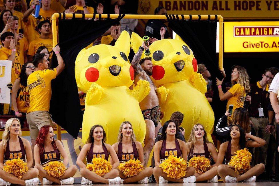 Nadie parece prestarle atención pero en este partido de baloncesto entre los Sun Devils y los Wildcats, ambos de Arizona, hay un animador especial entre los dos pikachus gigantes. Las cheerleaders no quieren ni mirar hacia atrás.