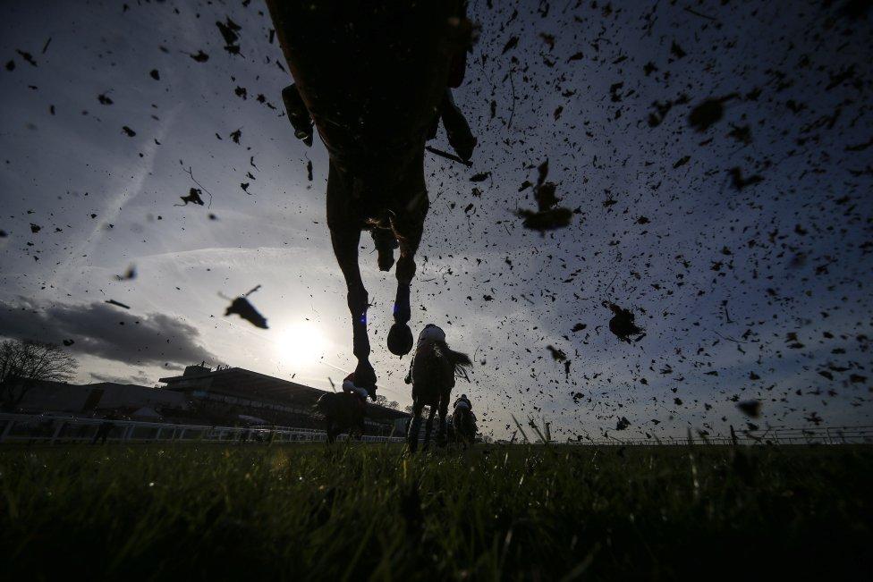 Esta cámara situada debajo de un obstáculo, en una prueba hípica en Inglaterra, muestra el paso de los caballos en la carrera.