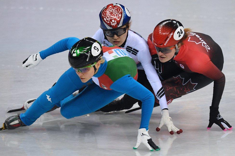 Durante esta prueba de velocidad, las patinadoras Arianna, de Italia, Choi Minjeong, de Corea del Sur y la canadiense Kim Boutin están en un pañuelo. El mínimo de error de una de ellas puede acabar con las tres en el suelo.