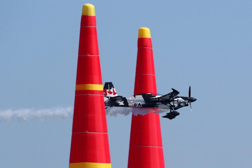 Apurando. Este avión, que participaba en el Campeonato Mundial que se disputó en Francia, apura su paso por uno de los obstáculos.