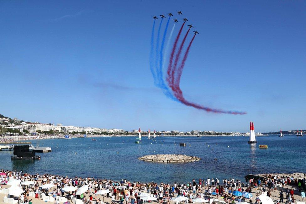 Espectacular. La escuadra de aviones francesa durante una exhibición aérea en Cannes.