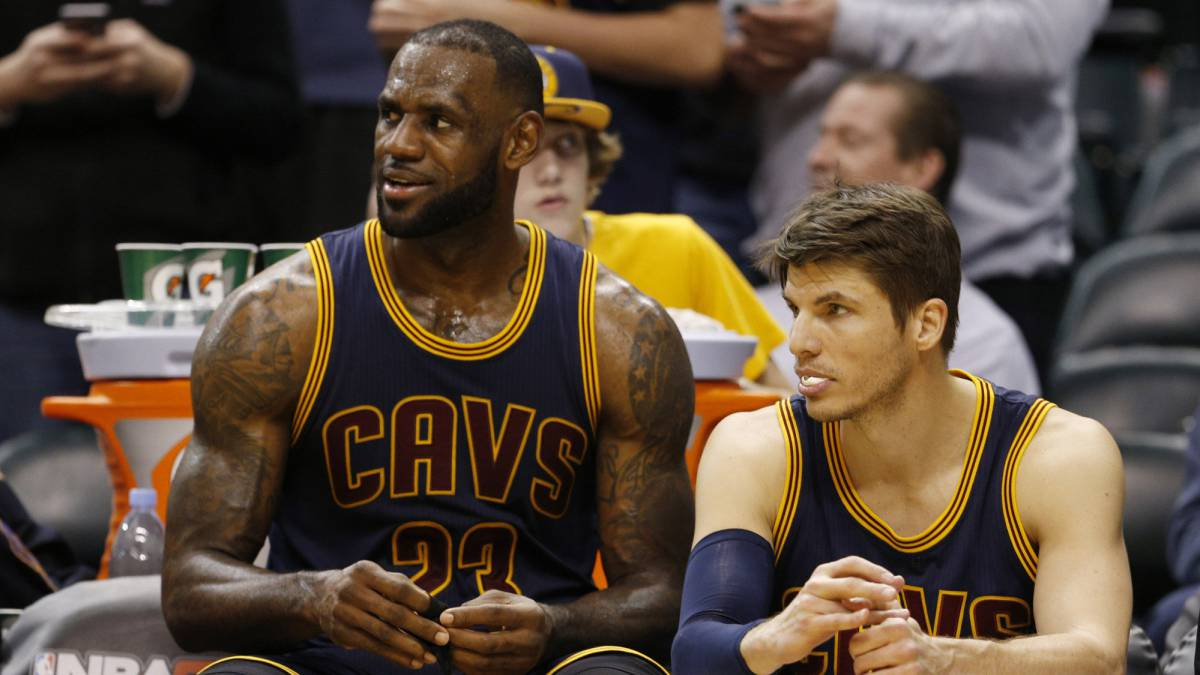LeBron James y Kyle Korver.