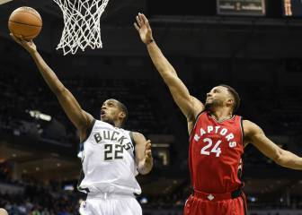 Ibaka (19) choca con Middleton y la defensa de Milwaukee