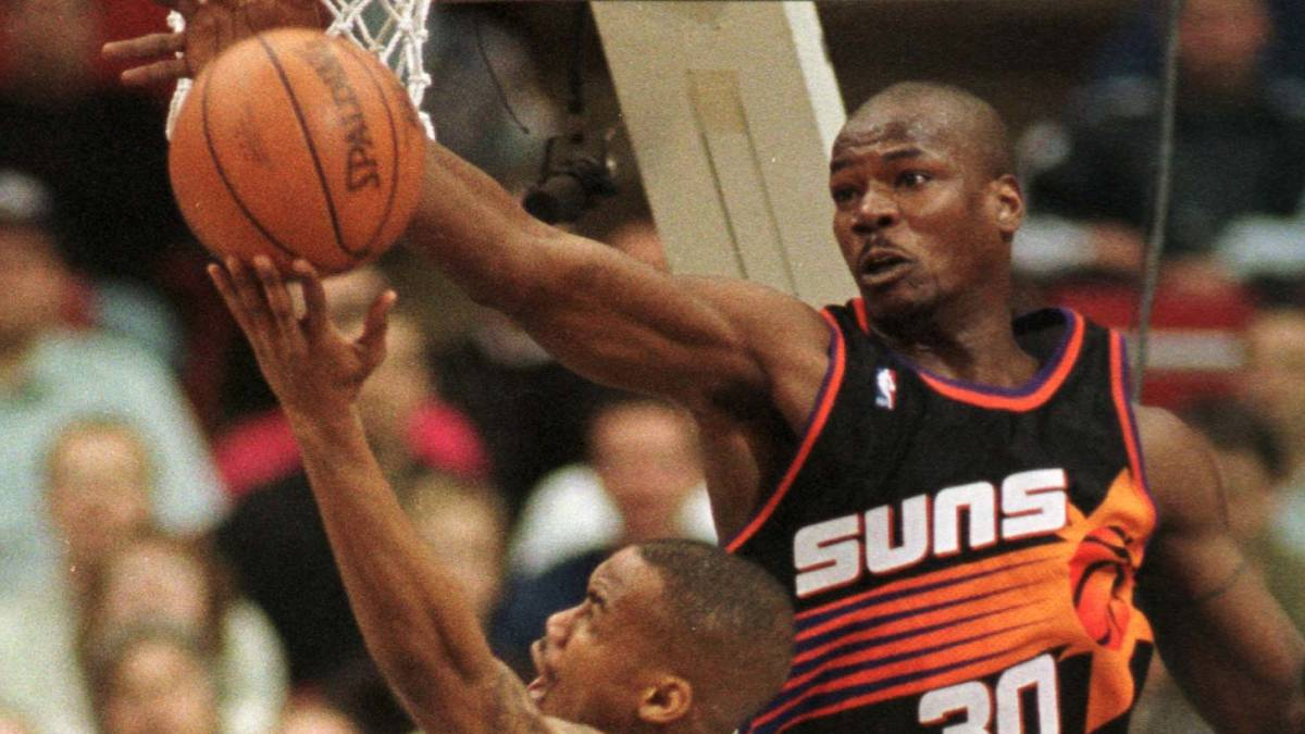 Cliff Robinson tapona a Stephon Marbury.