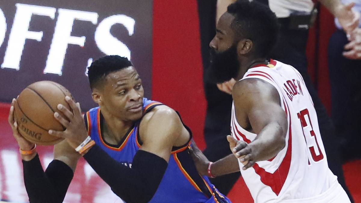 Russell Westbrook trata de anotar ante James Harden.