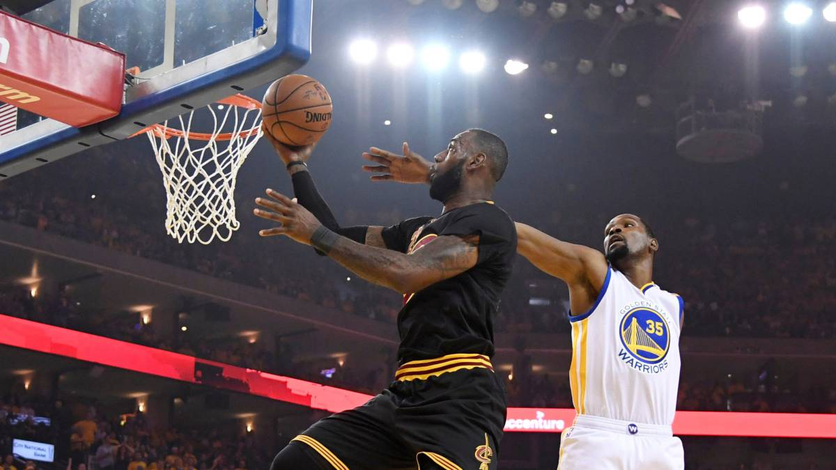 LeBron James anota ante la defensa de Kevin Durant en las últimas Finales de la NBA.