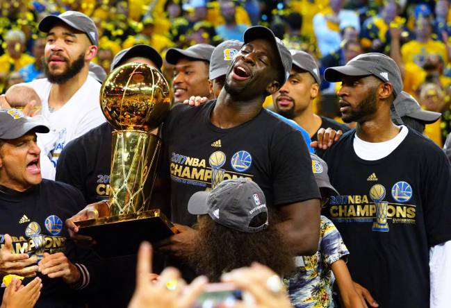 Draymond Green, con el trofeo Larry O'Brien.