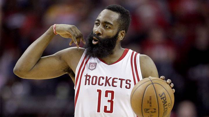 James Harden, jugador de los Houston Rockets, durante un partido contra los Denver Nuggets.