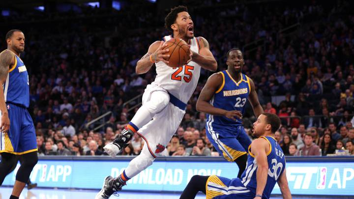 Derrick Rose trata de anotar durante el partido que enfrentó a los New York Knicks y a los Golden State Warriors la temporada 2016-17.