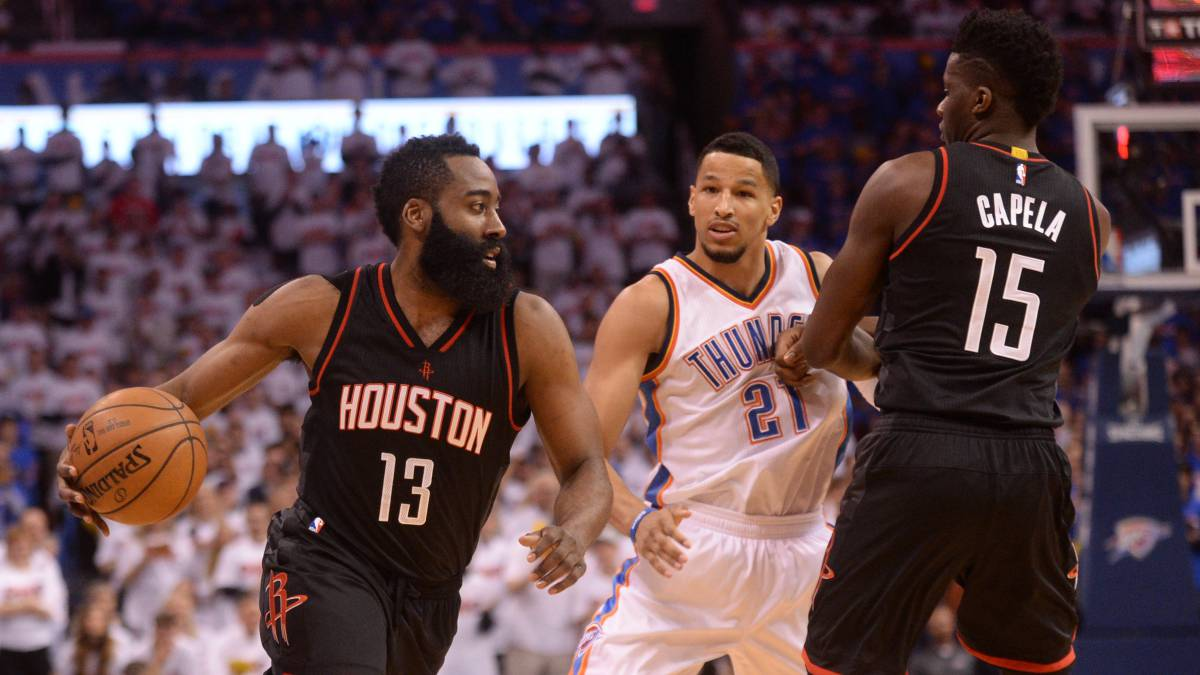 James Harden sobrepasa la defensa de Andre Roberson durante un partido de playoffs entre Houston Rockets y Oklahoma City Thunder.