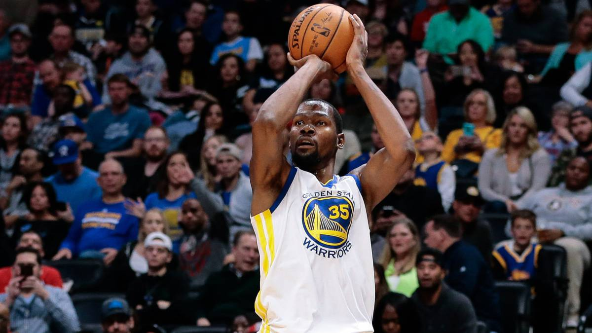 Kevin Durant lanza durante el partido entre Denver Nuggets y Golden State Warriors.