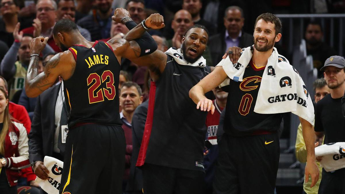 LeBron James, de espalda, saluda a Jae Crowder y Kevin Love.