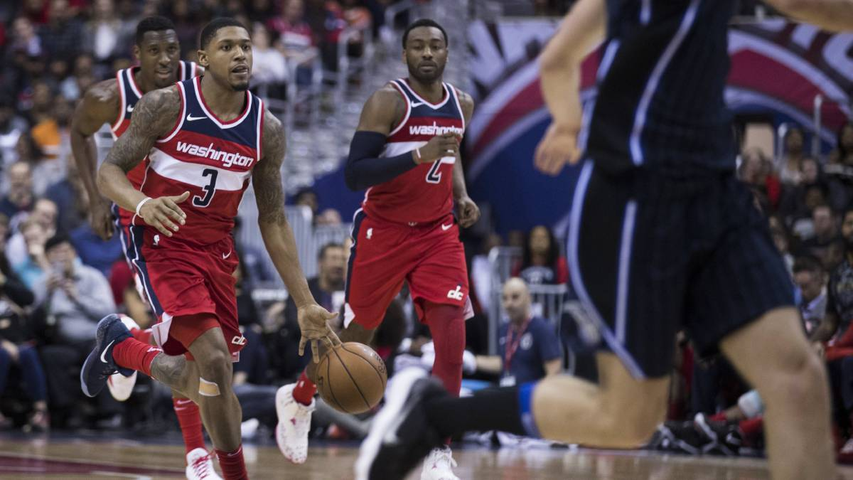 Bradley Beal, escolta de los Washington Wizards, conduce el balón ante los Orlando Magic. De fondo, John Wall.