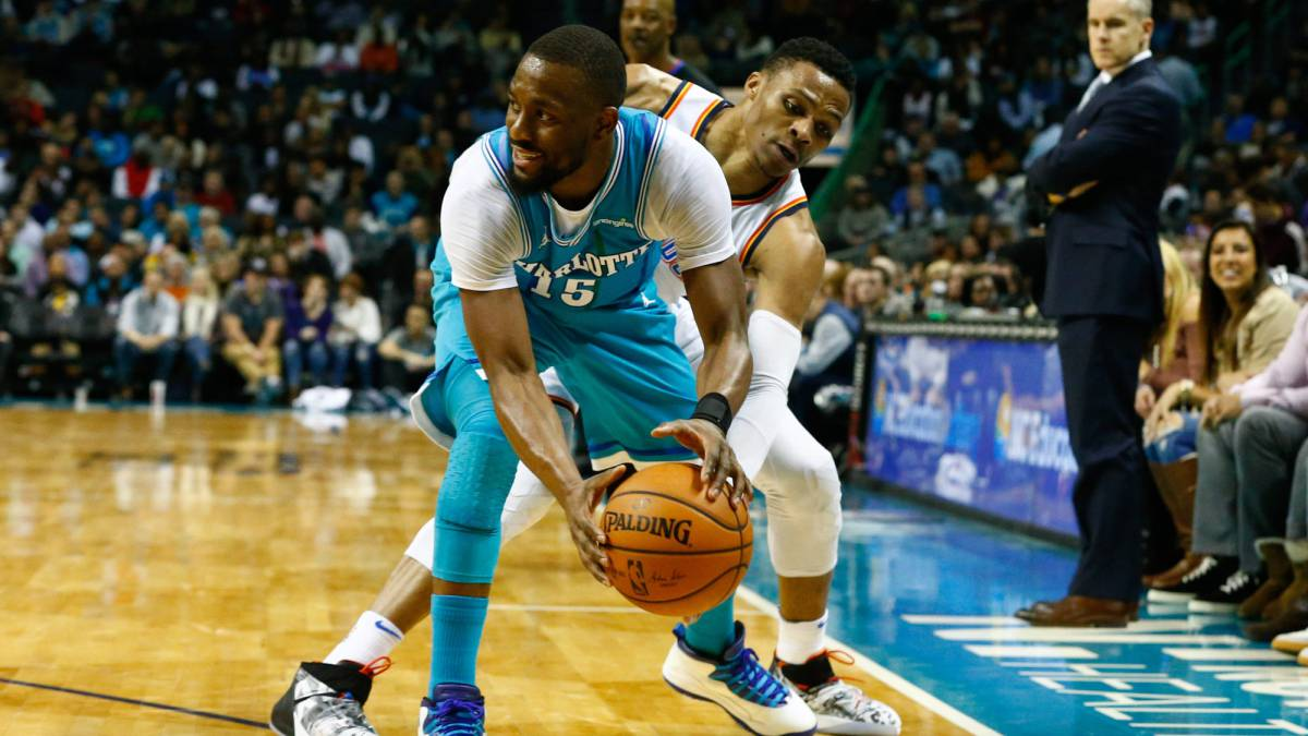 Kemba Walker, base de los Charlotte Hornets, trata de superar la defensa de Russell Westbrook durante el partido de los Oklahoma City Thunder disputado en el Spectrum Center (Carolina del Norte).