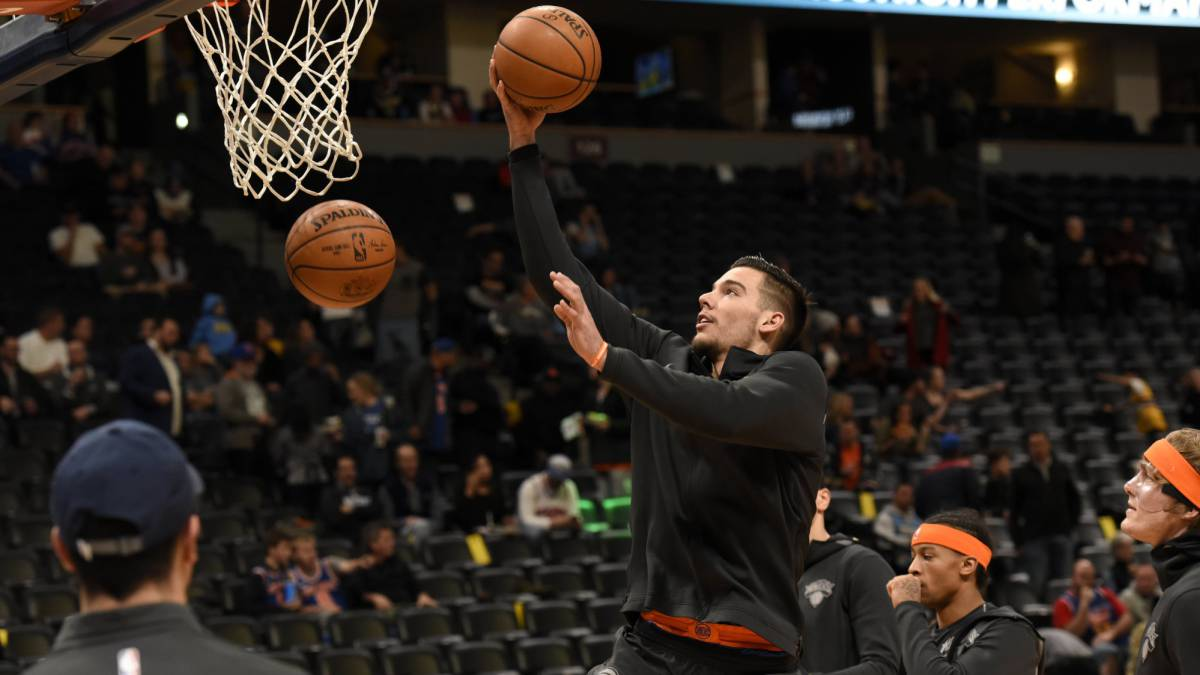 Willy Hernangomez, pívot de los New York Knicks, calienta antes del partido ante los Denver Nuggets.
