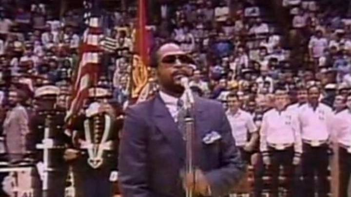 Marvin Gaye canta el himno durante el NBA All Star 1983.