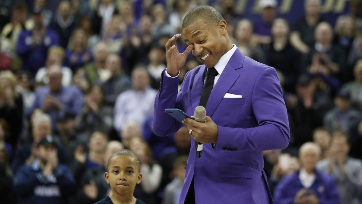 Isaiah Thomas, en la ceremonia en la que los Huskies de la Universidad de Washington retiraron su camiseta.